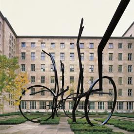 Robert Schad: Courante (Vom Lauf der Dinge), 2001 / © VG Bild-Kunst, Bonn; Fotonachweis: BBR / André Kirchner (2001)